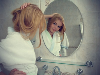 beautiful-girl-with-mirror