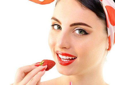 using-strawberries-to-lighten-teeth